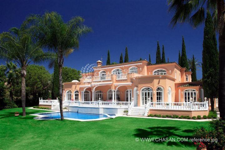 Benahavis, REFURBISHED VILLA WITH TROPICAL GARDEN