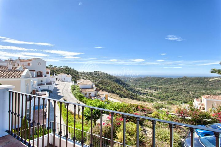 Benahavis, ELEGANT AND PRIVATE TOWNHOUSE FOR SALE