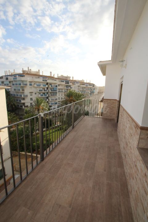 Estepona, Renovated three bedroom apartment with sea views close to Estepona Port.