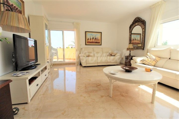 Estepona, Spacious corner unit with lots of natural light situated in the port of Estepona