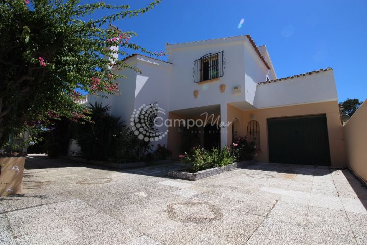 Estepona, Villa with spacious gardens to renovate in Don Pedro