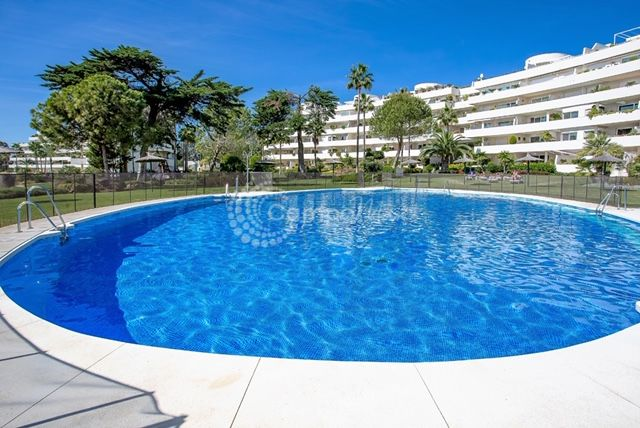 Estepona, Large ground floor apartment, front line beach in Los Granados Playa, Estepona