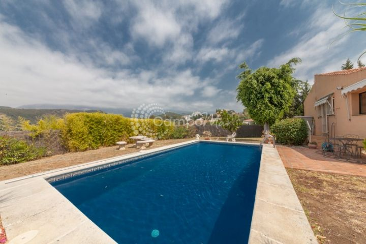 Estepona, Beautiful country for sale in El Padron, close to amenities in Estepona