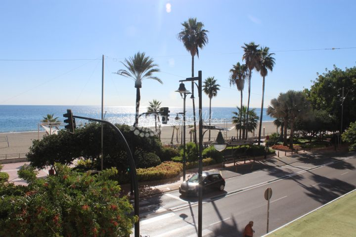 Estepona, Fantastic large front line beach apartment in the heart of Estepona
