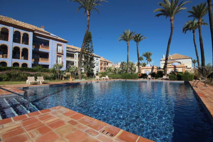 Casares, Ground floor apartment with large terrace situated in the beautiful La Perla de la Bahia.