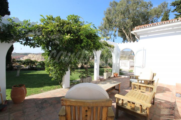 Estepona, Detached bungalow style villa with private garage & pool located in Valle Romano, Estepona.