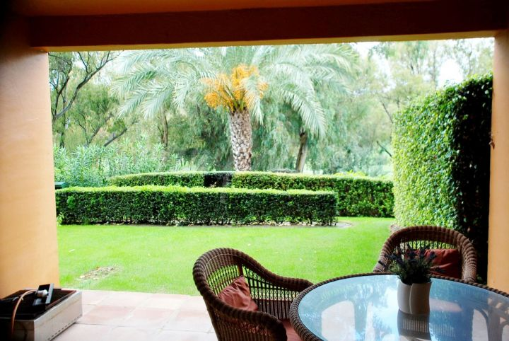 Benahavis, Fantastic garden apartment for the sale in the popular Benatalaya community