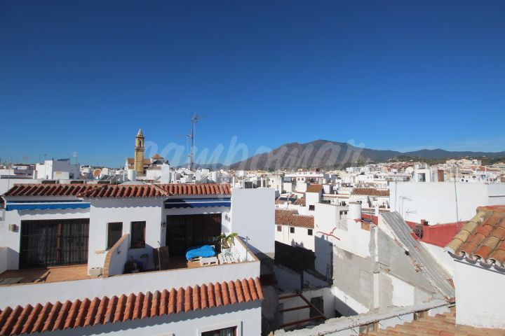 Estepona, Large house in the heart of the Old Town in Estepona, with garage.