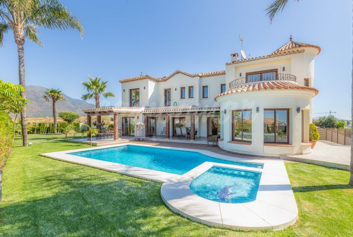 Estepona, Refurbished villa for sale in Estepona.