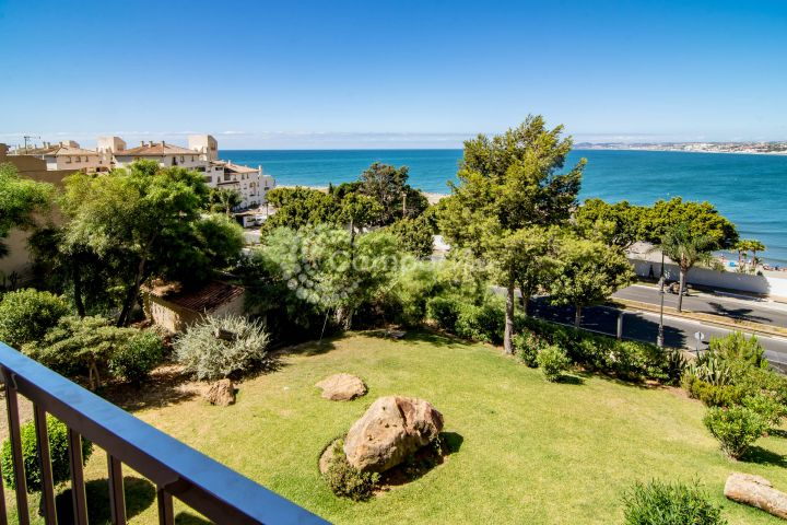 Estepona, Fantastic positioned apartment for sale overlooking Playa del Cristo in Estepona