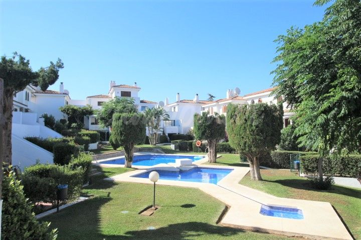 Estepona, Semi-detached townhouse for sale in Albayalde