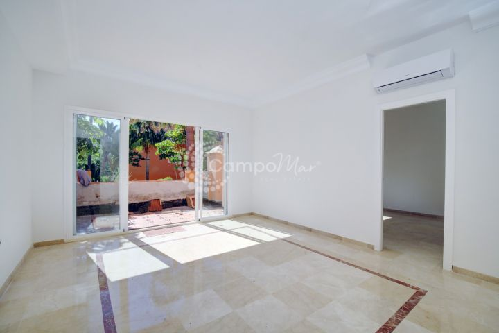 Estepona, Spacious one bedroom ground floor apartment in the port area of Estepona