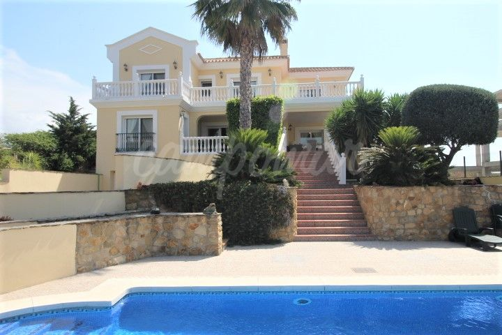 Casares, Beautiful familly villa with sea views for sale in Casares