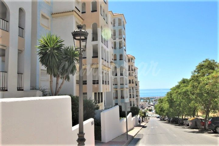 Estepona, Fantastic three bedroom apartment with elevated position in the port area of Estepona
