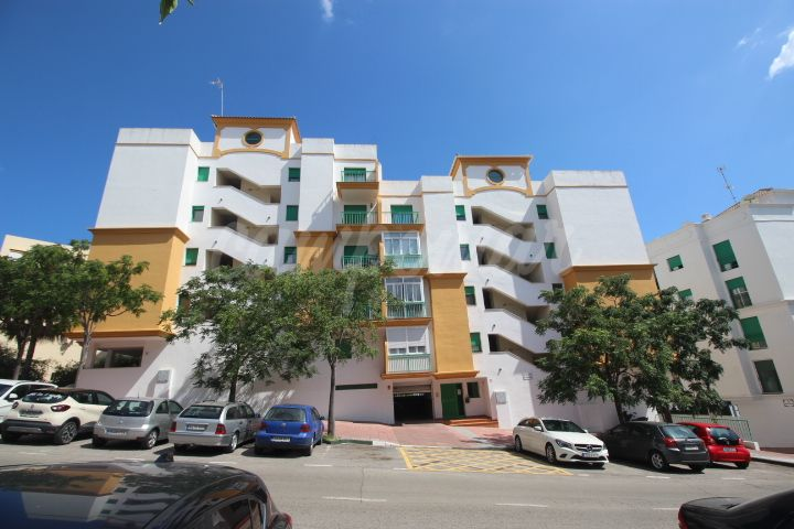 Estepona, Apartment for sale close to the port of Estepona, great value with garage space included