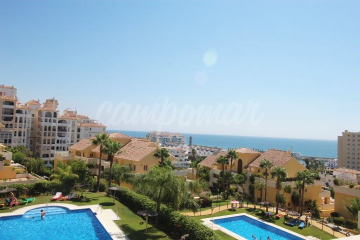 Estepona, Fantastic three bedroom apartment for sale in Puerto Alto, Estepona.
