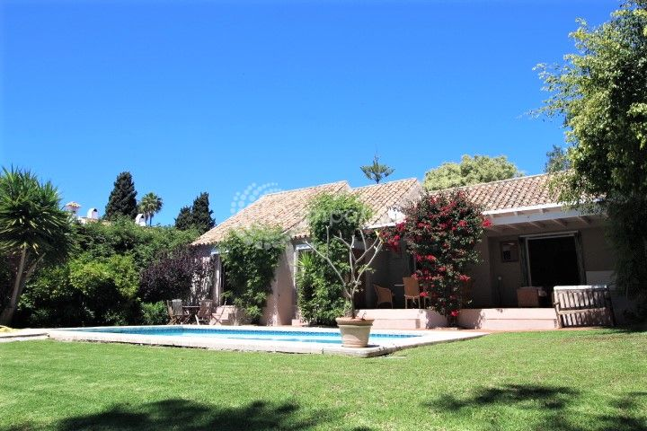 Estepona, Enchanting bungalow in the heart of El Paraiso, Estepona