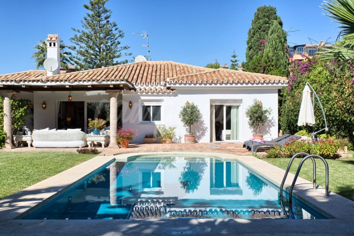 Estepona, Three bedroom villa for sale in El Paraiso, Estepona