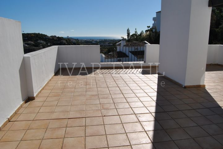 Duplex - Penthouse for sale with stunning sea views in Altos de La Quinta, Benahavis.