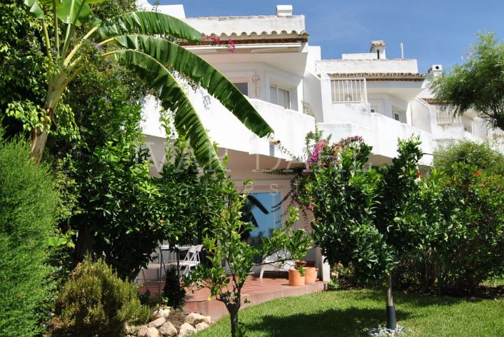 Townhouse in La Cornisa, Urb.Sitio de Calahonda, Mijas-Costa. South facing beautiful fully furnished townhouse with several terraces with sea views