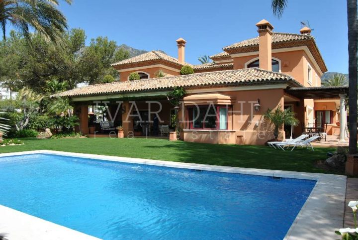 Altos Reales, Marbella. A palm-lined road takes you to the exclusive and green urbanization of Altos Reales, always closed at the entrance gate with guardhouse. This magnificent property is located in an exclusive and secure residential area. There is a s