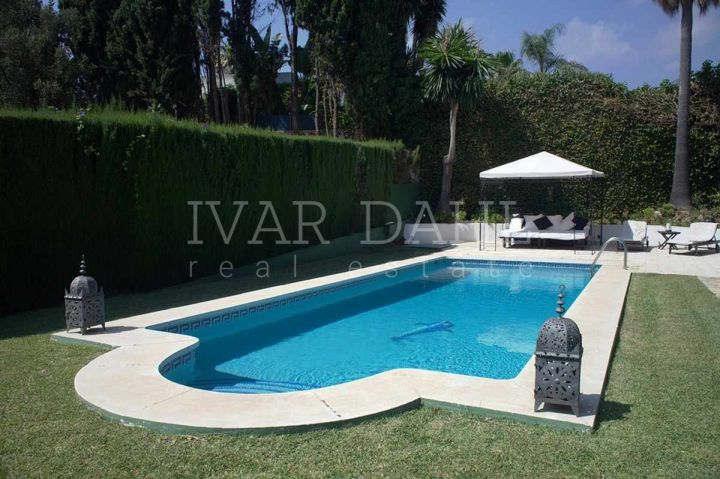 Beautiful & immaculate house in a privilege residential area 5 minutes walk from Marbella old town. Facing south overseeing Marbella´s green pine grove area and the sea. In a totally peaceful area with all the services at one step (International schools,