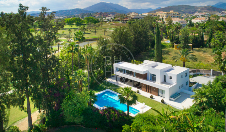 South-facing front line golf villa in Las Brisas