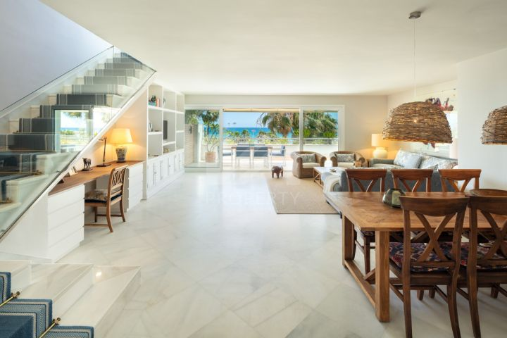South-facing duplex penthouse in a beachfront complex in Puerto Banús