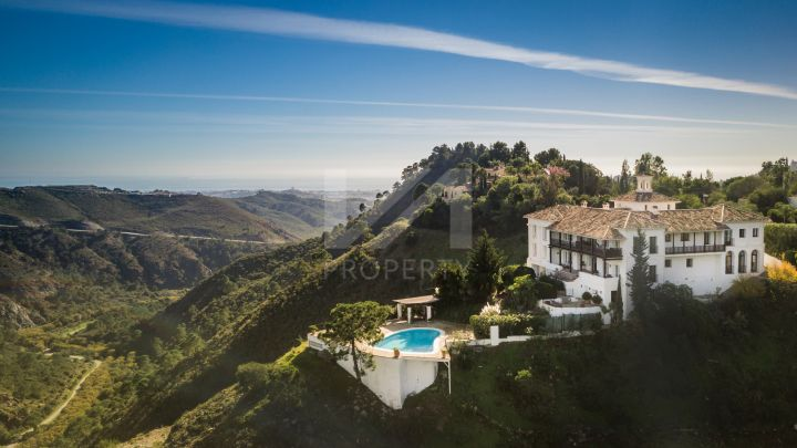 Exceptional estate with private tennis court in El Paraiso Alto