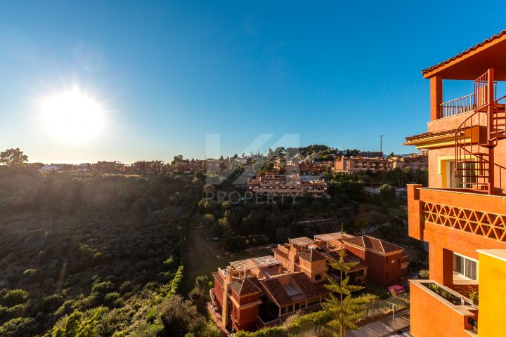 Lovely 2 bedroom apartment with panoramic golf and sea View in East Marbella.