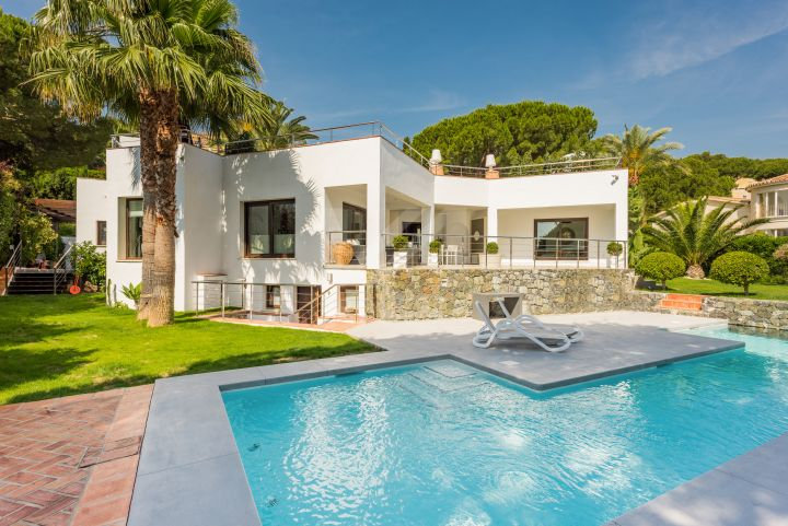 Very private corner villa in a safe gated community in the Golf Valley
