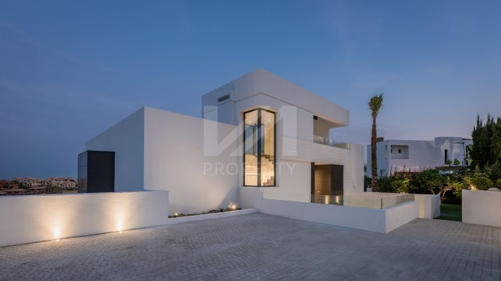 Spectacular brand-new villa with stunning golf, sea and mountain views in Condes de Luque