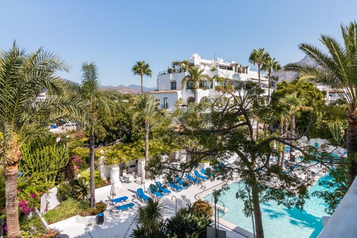 Spacious beachside apartment refurbished to high standards in Puerto Banús