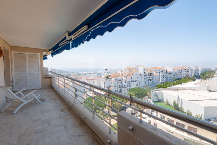 Well-presented duplex penthouse with sea views in the heart of Puerto Banús