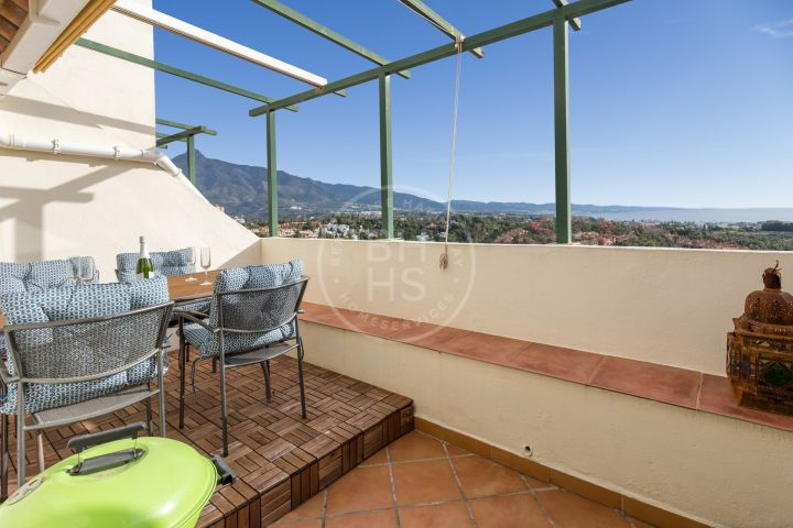 Fully renovated duplex penthouse with sea and mountain views in Señorío de Aloha, in the Golf Valley