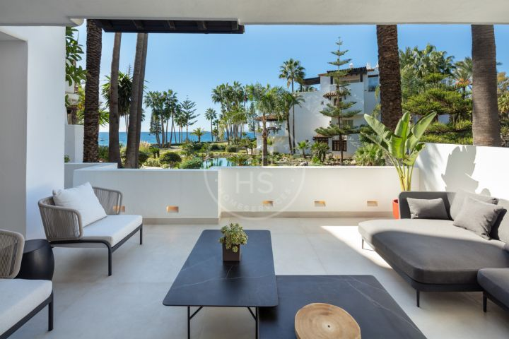 Stunning fully renovated ground-floor apartment in the heart of the exclusive beachfront complex of Marina Puente Romano, Marbella's Golden Mile