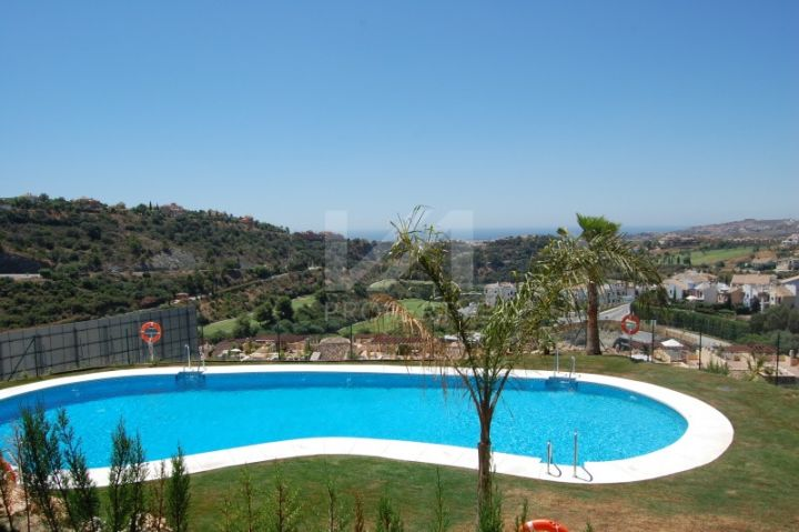 Contemporary 3 bedroom apartment with sea views and direct access to the pool.