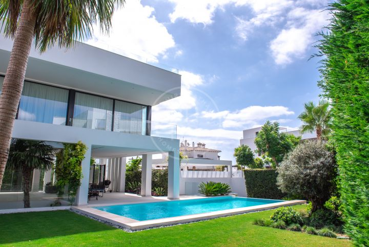 Brand-new luxury villa ready to move into surrounded by golf courses in Benahavís