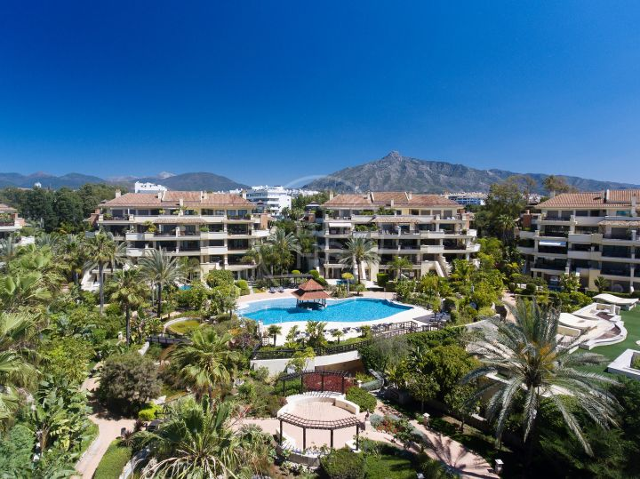 Impressive garden duplex apartment with private pool in beachfront complex Laguna de Banús, Puerto Banús.