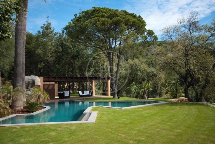 Unique palatial villa in Cascada de Camojan built to the finest qualities and set on a large flat plot of approx. 8.600m2 located at the foot of La Concha Mountain