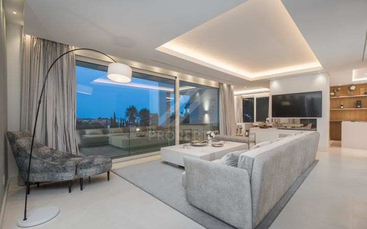 Contemporary brand new villa with sea and mountain views 15-minute walking distance to Puerto Banús and the beach!