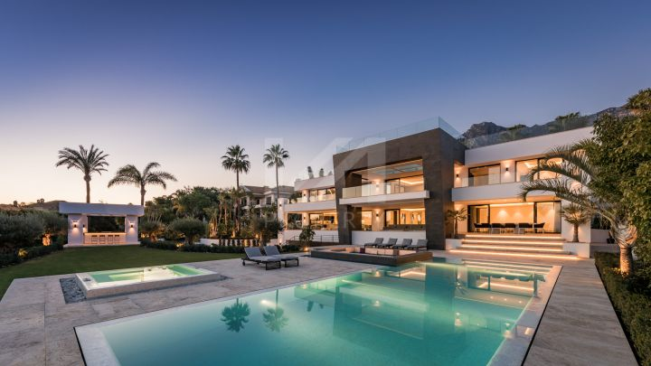 Impressive beachfront villa in the Golden Mile