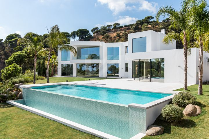 Brand new contemporary villa offering breathtaking sea, mountain, and countryside views in El Madroñal, Benahavis.