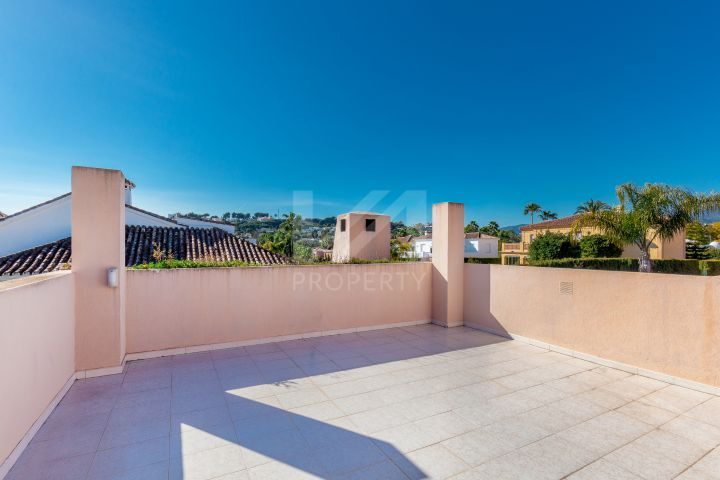 Southwest-facing villa in 24-hour secured and gated community Parcelas del Golf, Nueva Andalucia.
