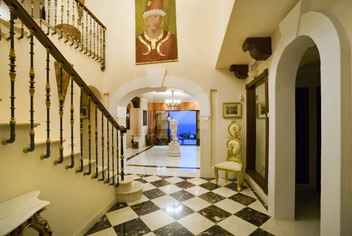 Impressive Andalusian-style villa on a double plot with tennis court and guest house in Sierra Blanca