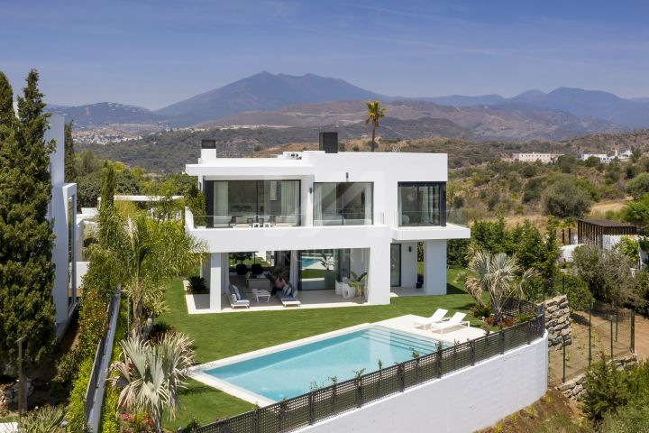Ultra modern villa located in a select development of only 8 villas in Lomas del Marbella Club, Golden Mile - Ready to move into!
