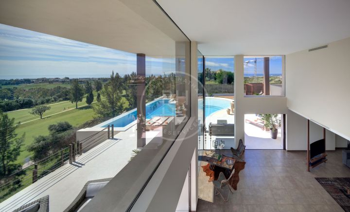 Impressive, brand-new, south and southeast-facing contemporary front line golf villa in La Alquería, Benahavís