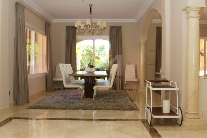 Fantastic south-facing villa in La Alzambra, walking distance to the beach and Puerto Banús.