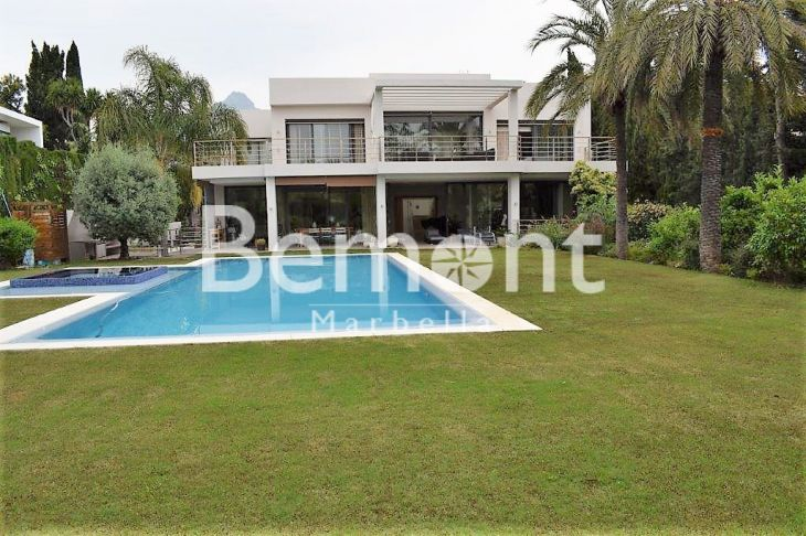 Villa for sale in Aloha, Nueva Andalucia