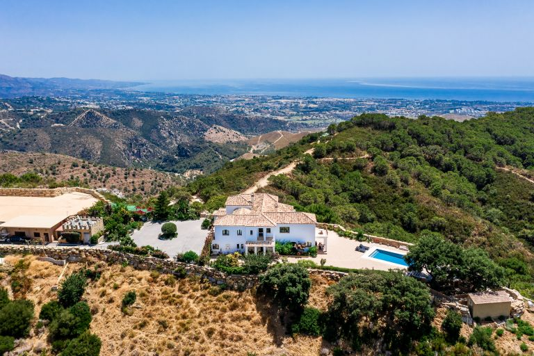 Benahavis - Villa with private helipad